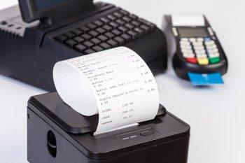 Покупателей в России предупредили об опасности оставления чеков на кассе в магазине