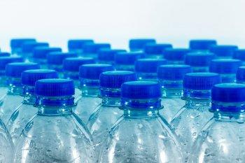 Эксперт объяснила гражданам в РФ, чем опасна для здоровья питьевая вода в бутылках