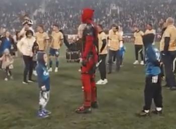 Футболист Дзюба в костюме Дэдпула получил золотую медаль и кубок РПЛ