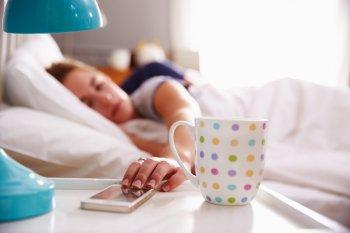 Врач Максим Новиков рассказал, что будет, если каждую ночь спать рядом со смартфоном