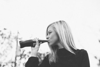 Кола, лимонад и другие сладкие напитки могут вызывать колоректальный рак у женщин до 50 лет