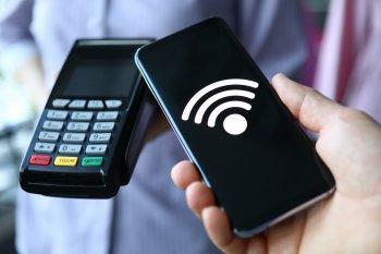 Жителей в России предупредили об опасности бесконтактных платежей при помощи смартфона