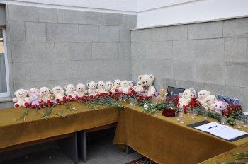 Жители Уфы несут цветы к представительству Татарстана в память о жертвах стрельбы в школе