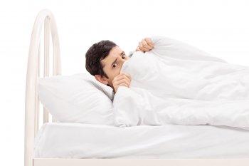 Названа поза для сна, которая может привести к депрессии человека