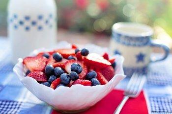 Врачи назвали фрукты и ягоды, снижающие кровяное давление у человека