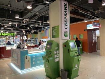 «Известия»: С 2022 года в России банки разрешат снимать наличные в банкомате по QR-коду с чужой карты