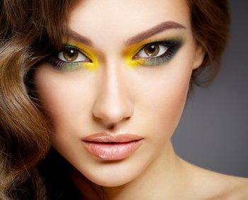 Кислотный макияж из 2000-х вновь на пике популярности этим летом