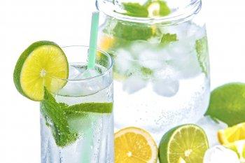 Гражданам в России назвали 7 напитков, которые помогут утолить жажду в жаркую погоду