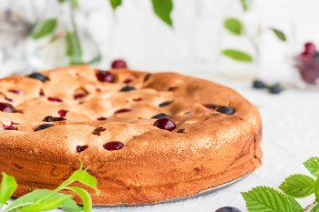 Вкусная и пышная шарлотка с ягодами и фруктами: простой и быстрый рецепт