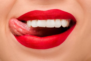 Четыре характерных симптома во рту у человека могут указывать на серьезный дефицит витамина В12