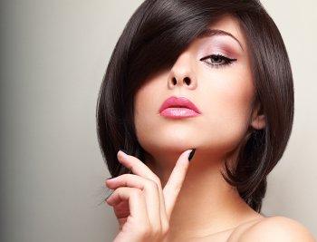 Яркий и сияющий: визажист рассказала, какой макияж уместен летом 2021 года