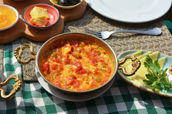 Менемен турецкий омлет: рецепт вкусного и сытного завтрака для всей семьи