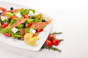 Нежный овощной салат со слабосоленым лососем: рецепт вкусного салата