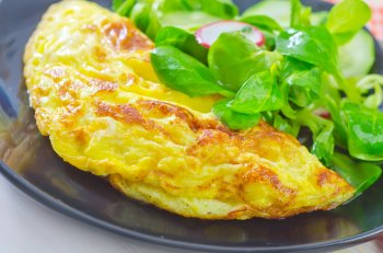 Быстрый омлет из яиц и творога на сковороде: полезный и вкусный завтрак