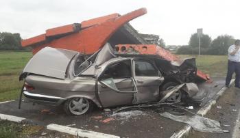 В Башкирии пьяный водитель «Волги» врезался в остановку: двое его детей оказались в реанимации