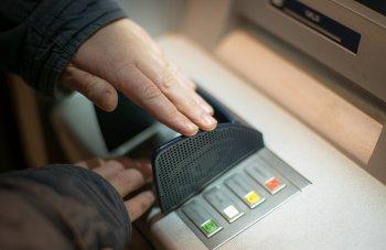Эксперт Коган предупредил, что в РФ банки могут требовать возврата средств, которые вы сняли в банкомате