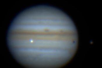 Ученые зафиксировали столкновение неопознанного объекта с Юпитером