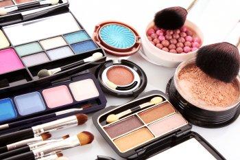 Помада вместо румян: Визажисты назвали косметические продукты, которые могут заменить друг друга